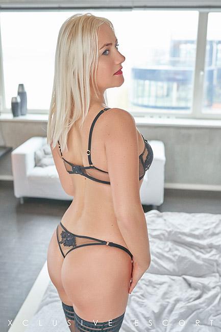 Escort Hannover Modell Liv shows her hot back.