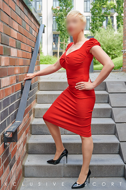 Escort Hamburg Model Lea in elegance red Dress