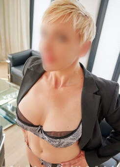 Escort Hamburg Model Lea gives deep view