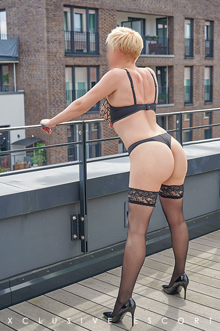 Escort Hamburg Model Lea shows he back view