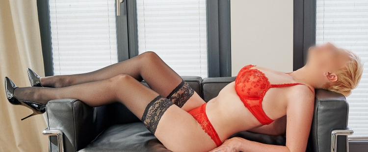 Escort Hamburg Model Lea in red Lingerie