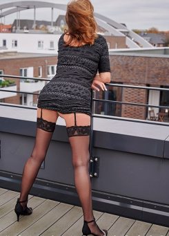 Escort Hamburg Model Dorina shows her shaply butt