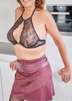 Escort Hamburg Model Dorina in sexy Bra