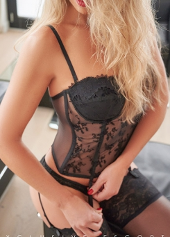 Escort Hamburg Model Jette in hot suspenders