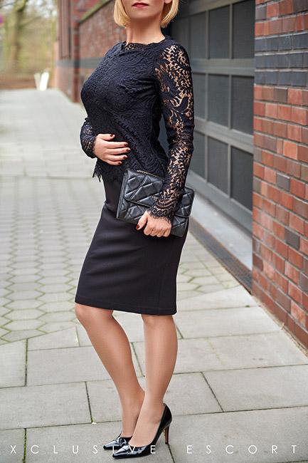 Escort Hanover Model Mira in elegance black dress
