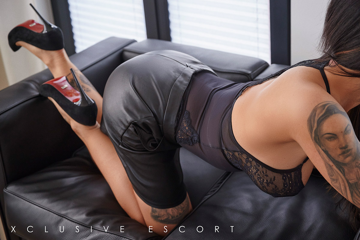 Escort Frankfurt Model Ricarda in Leatherskirt