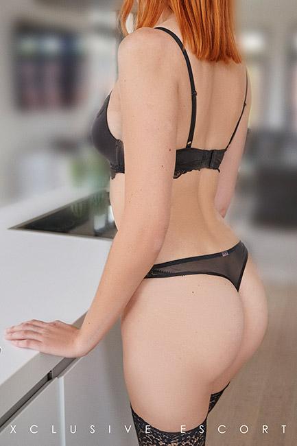 Escort Hannover Model Mia shows her pretty back