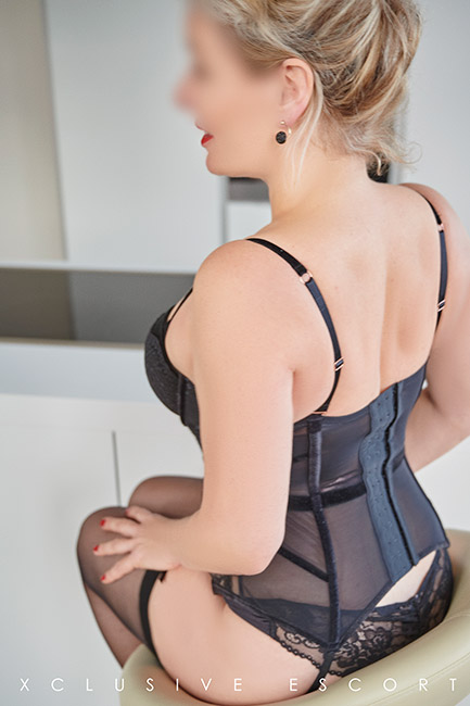 Escort Hamburg Model Eve shows her hot back in this sexy corsage