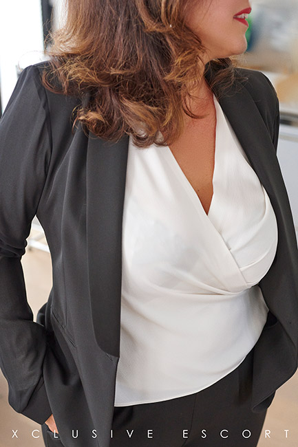 Escort Hamburg Model Tara in nice Business-Dress